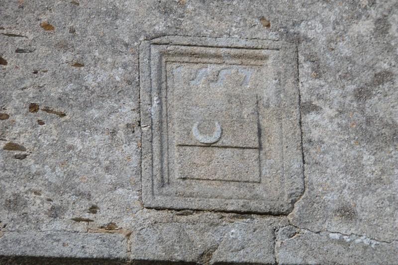 Blason de guy de SAINTE-MAURE 1557. Portail d'entrée du château.