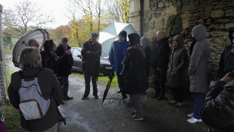 Une partie du public à l'abri sous le porche du château